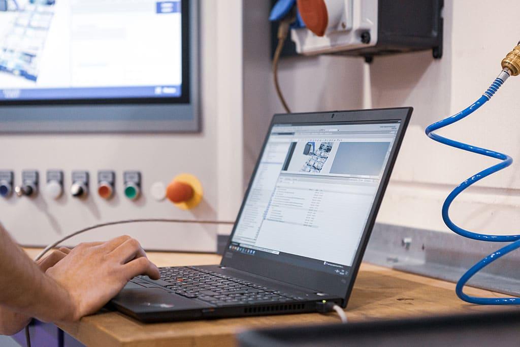Abbildung Mann mit Laptop