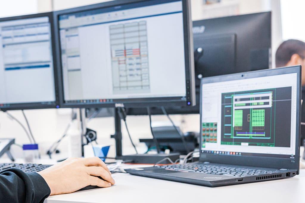 Abbildung Mann an Computer