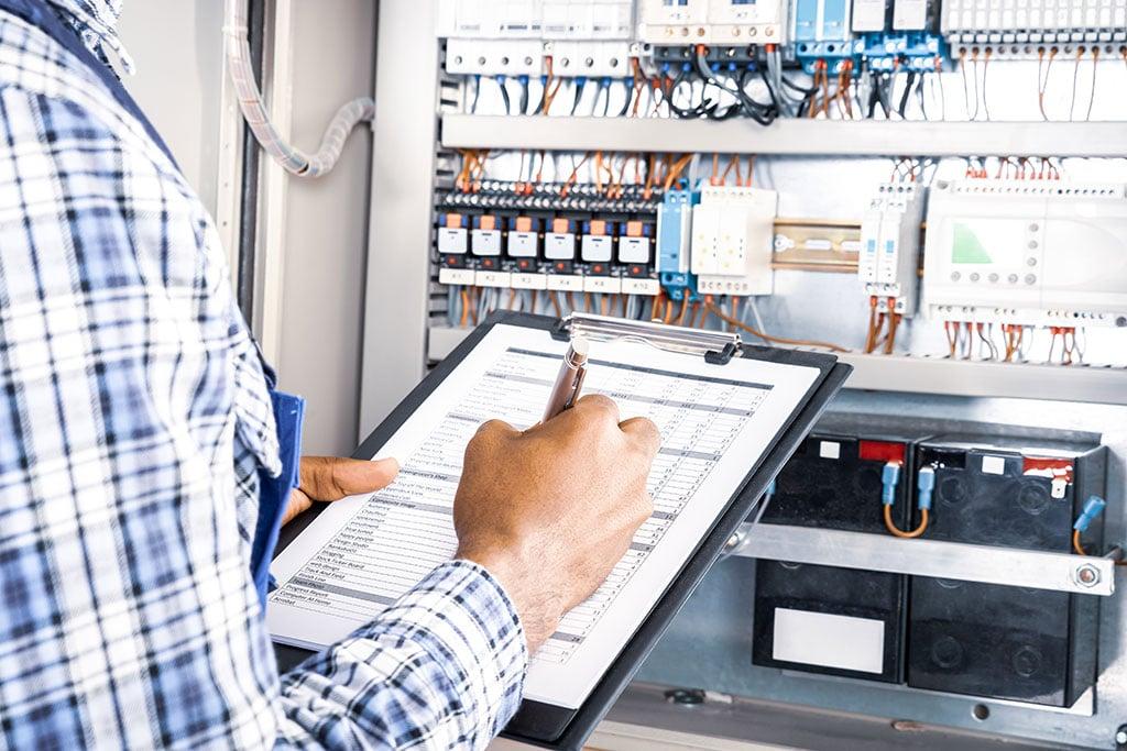 Abbildung Mann mit Checkliste vor Anlage