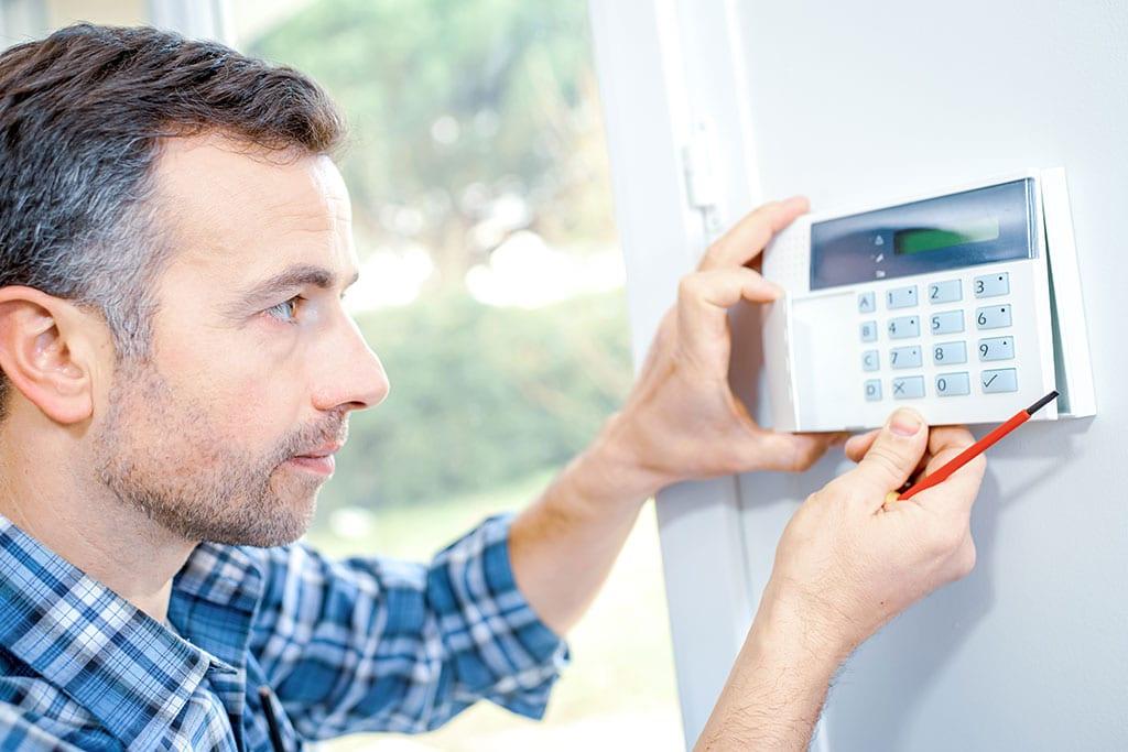 Abbildung Mitarbeiter repariert Thermostat