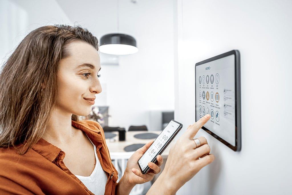 Abbildung Frau bedient Smarthome Pad